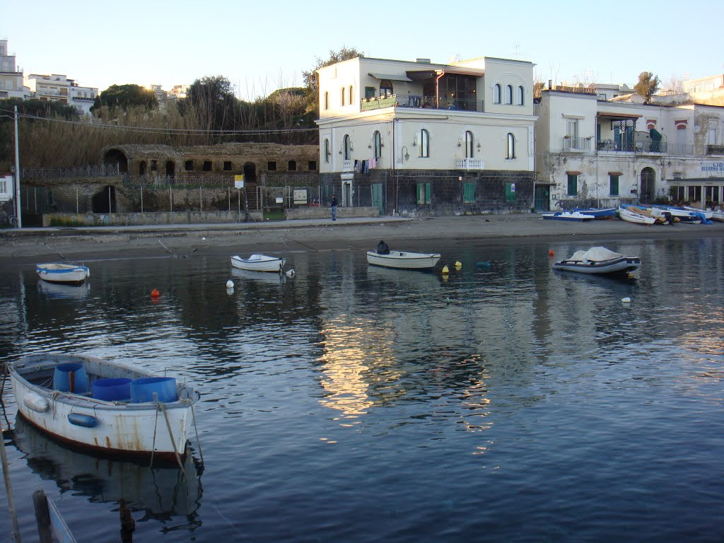Matrimonio Sulla Spiaggia Bacoli : Bacoli rissa in piazza marina grande per il posto sulla