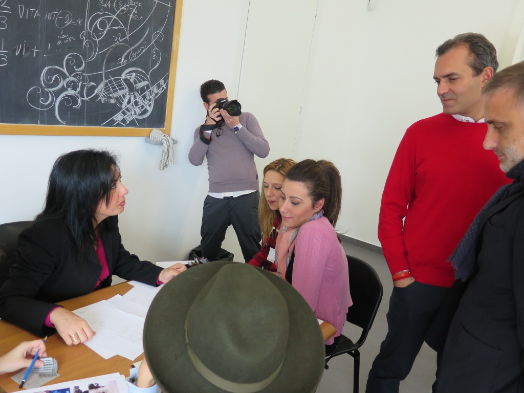 Il sindaco de magistris visita l 39 accademia della for Accademia moda napoli